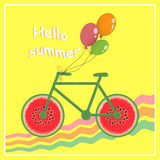 Hallo Sommer Bild eines Fahrrades mit Rädern in Form einer Wassermelone Junge Erwachsene Auch im corel abgehobenen Betrag Stockfotografie