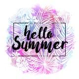 Hallo Sommer Modernes kalligraphisches Design mit modischem tropischem Hintergrund, exotische Blätter auf hellem buntem Aquarell Lizenzfreies Stockbild