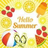 Hallo Sommer Netter Hintergrund mit Strandmaterial und -sommer trägt Früchte Stockbilder