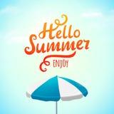 Hallo Sommer, Typografieaufschrift mit Sonnenschirm Auch im corel abgehobenen Betrag Lizenzfreie Stockfotos
