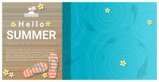 Hallo Sommerhintergrund mit Sandalen auf hölzernem Pier Stockfotografie