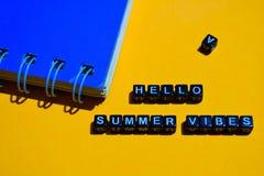 Hallo Sommerschwingungen auf Holzklötzen Geschäftskonzept auf orange Hintergrund lizenzfreie stockfotos