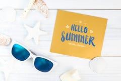 Hallo Sommerwort auf Goldpapierkarte weißem Sommer-Strand Accessor Stockfoto