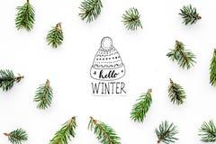 Hallo Winterhandbeschriftung Wintermuster mit Fichtenzweigen auf weißem Draufsichtmuster des Hintergrundes Lizenzfreies Stockfoto