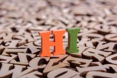 Hallo woord van houten brieven wordt gemaakt die stock foto's