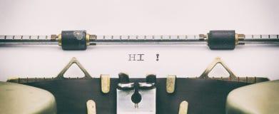 HALLO Wort in Großbuchstaben auf einem Schreibmaschinenblatt Stockbilder