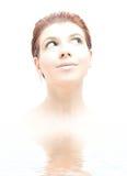Hallo-zeer belangrijke roodharige met groene ogen in water Royalty-vrije Stock Fotografie