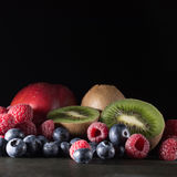 Hallon, blåbär, kiwi och nektarin på mörk bakgrund, sti Fotografering för Bildbyråer