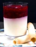 Hallon- och yoghurtefterrätt Fotografering för Bildbyråer