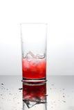 Hallonlemonad med lce-kuber i ett exponeringsglas Arkivfoto