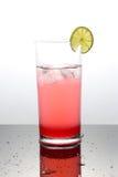 Hallonlemonad med limefrukt i ett exponeringsglas Royaltyfria Foton