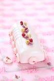 Hallonlitchiplommon och Rose Yule Log Cake arkivfoto