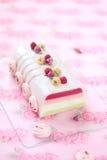 Hallonlitchiplommon och Rose Yule Log Cake royaltyfria foton