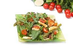 Halloumi grelhado e salada vegetal fotos de stock royalty free