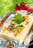 Halloumi Käse, der in der Zinnfolie grillt Lizenzfreie Stockbilder