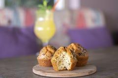 Halloumi muffin med ny hemlagad lemonad på trä royaltyfria bilder