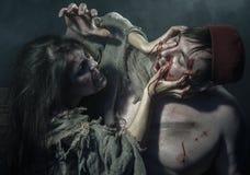 halloween Бои ведьмы ЖИВОТИКОВ с палачом Стоковая Фотография
