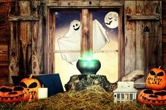 halloween Бросание смотрит вне окно колдовство стоковое изображение