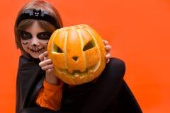 halloween Девушка одетая как ведьма с тыквой стоковое фото rf