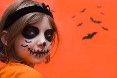 halloween Девушка одетая как ведьма с тыквой стоковые фотографии rf