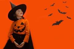 halloween Девушка одетая как ведьма с тыквой стоковая фотография rf