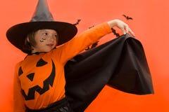 halloween Девушка одетая как ведьма с тыквой стоковые изображения rf
