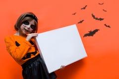 halloween Девушка одетая как ведьма с тыквой стоковое изображение