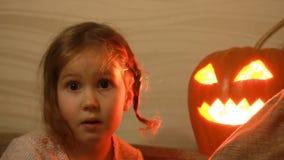 halloween Девушка ребенка играя с тыквами сток-видео