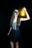 halloween Девушка с электрофонарем в его руке стоковое изображение rf