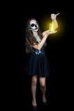 halloween Девушка с электрофонарем в его руке стоковое изображение