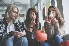 halloween 3 друз подготавливают на хеллоуин стоковое изображение rf