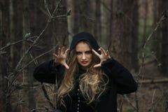 halloween красивая девушка ведьмы в черном платье в лесе Стоковые Изображения RF