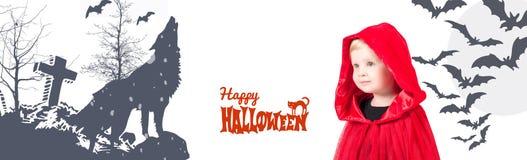 halloween Меньший красный клобук катания Красивая маленькая девочка в красном плаще Стоковое Изображение