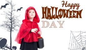 halloween Меньший красный клобук катания Красивая маленькая девочка в красном плаще Стоковые Фотографии RF