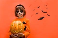 halloween Портрет девушки составленной на оранжевой предпосылке стоковая фотография rf