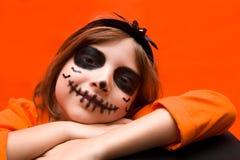 halloween Портрет девушки составленной на оранжевой предпосылке стоковые фотографии rf