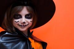 halloween Портрет девушки составленной на оранжевой предпосылке стоковые изображения
