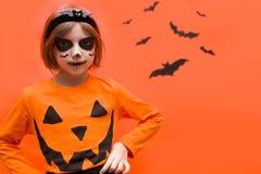 halloween Портрет девушки составленной на оранжевой предпосылке стоковые изображения rf