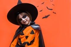 halloween Портрет девушки составленной на оранжевой предпосылке стоковое изображение rf