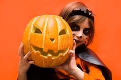 halloween Портрет девушки составленной на оранжевой предпосылке стоковое фото