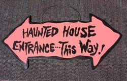 halloween преследовал знак дома Стоковое Изображение RF