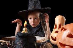 halloween Ребенок, тыква и волшебные вещи на черной предпосылке стоковое изображение rf