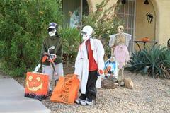 Halloween: скелеты двора перед входом Стоковая Фотография