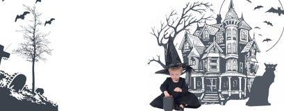 halloween Смешная девушка ребенка в костюме ведьмы на хеллоуин Стоковые Изображения RF