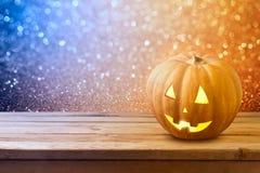 Halloween-achtergrond met de lantaarn van de pompoenhefboom op houten lijst Stock Foto