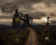 Halloween-achtergrond met oud huis Stock Afbeeldingen