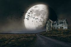 Halloween-achtergrond met volle maan en griezelig huis stock fotografie