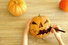 Halloween als thema gehad beeld met het gesneden milieu van de pompoenen binnenshuis partij royalty-vrije stock afbeeldingen