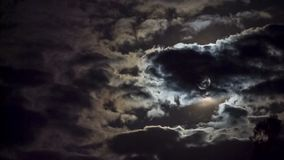 Halloween Alta luna piena luminosa fra le nuvole commoventi stock footage