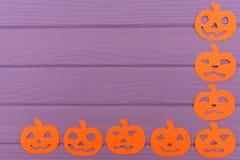 Halloween arrincona el marco con diversas siluetas del papel de la calabaza Foto de archivo libre de regalías